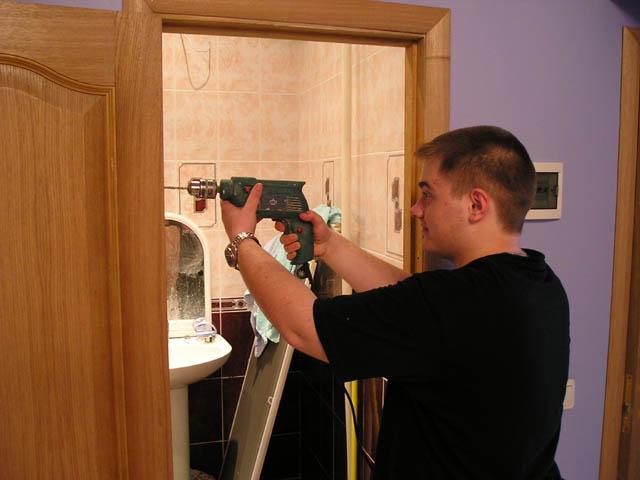Как повесить дверь и вмонтировать в нее ручки