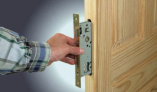 Устанавливаем врезной замок в деревянную дверь