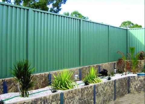 Забор из профнастила – оптимальный способ ограждения загородного дома