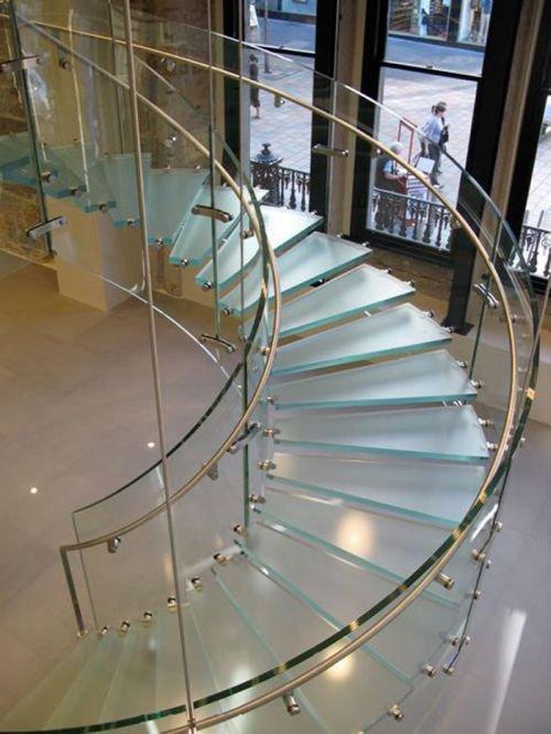 Стеклянная лестница в небо. Олицетворение новых технологий и прогресса в интерьер.