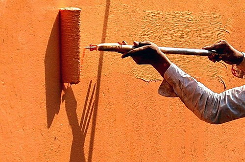 Как правильно использовать кисть при окраске стен
