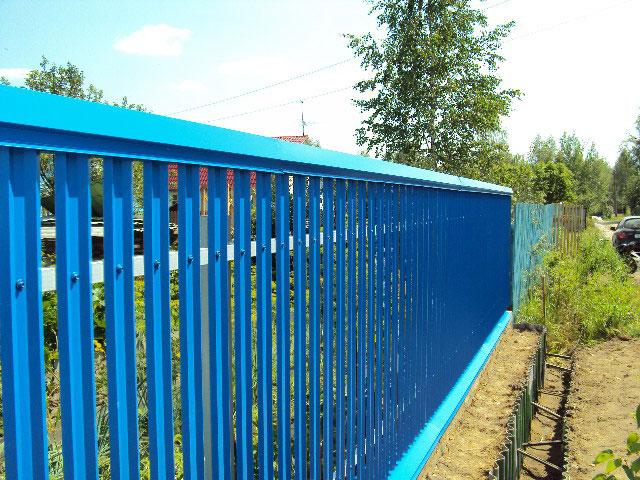 Как установить забор из металлического штакетника?