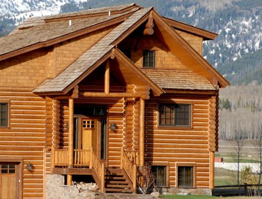 Какими преимуществами отличаются дома из оцилиндрованного бревна?