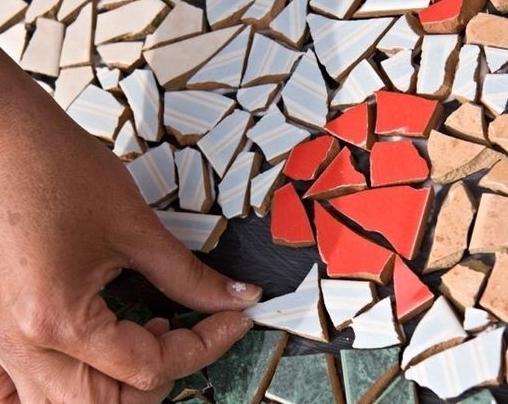Украшаем сад остатками керамической плитки