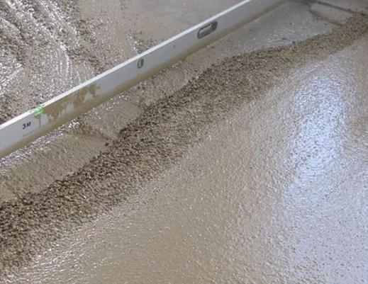Ровняем пол с помощью цементно-песчаной стяжки