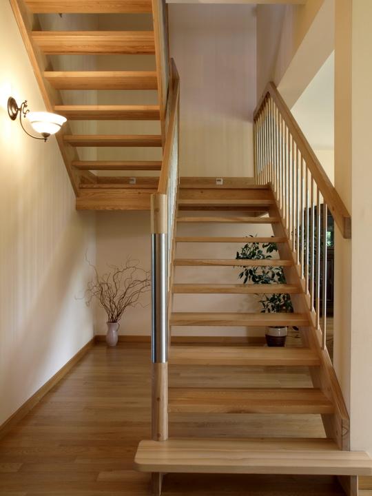 Лестницы на второй этаж: особенности выбора