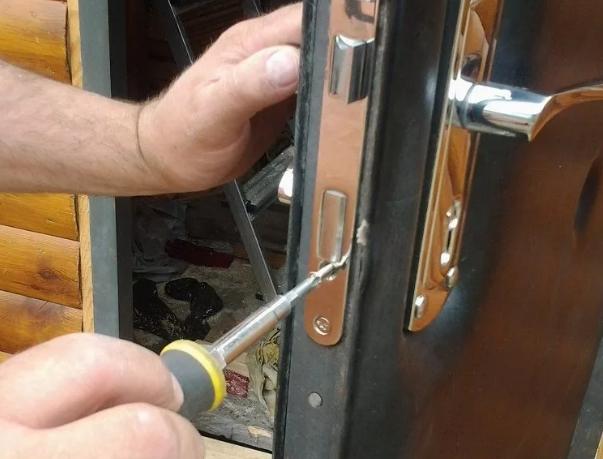 Замена замков и обивка входных дверей