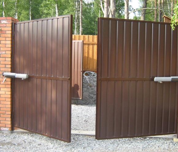 Современные решения в обустройстве заборов и ворот в Саратове – выбор в пользу автоматики