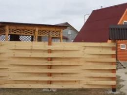 Деревянный забор для загородной усадьбы