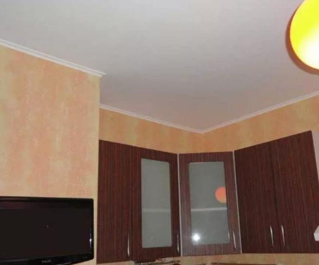 Каким способом лучше всего облагородить потолок на кухне