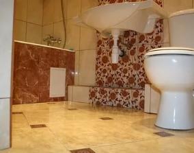 Отделка пола ванной керамической плиткой